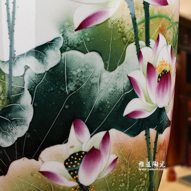 花瓶上手绘荷花,荷花根盘而枝