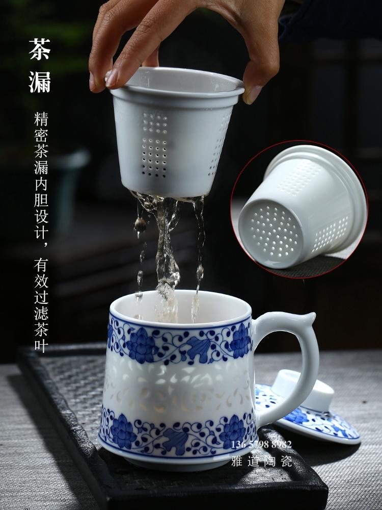 老板办公桌尺寸_景德镇手绘青花玲珑带茶漏老板杯-雅道陶瓷网